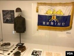 서울 대한민국역사박물관에서 열린 6·25 전사자 유해발굴 특별전 '67년 만의 귀향'(Bring Them Home)에 보병 제1 사단 부대기와 유품이 전시되어 있다.