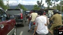 Penduduk Aceh bergegas memacu kendaraan mereka ke tempat aman sesaat setelah gempa berkekuatan 8,6 skala Richter menghantam Aceh.