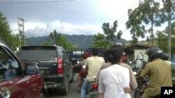 Warga Banda Aceh yang sempat khawatir akan terjadi tsunami pasca gempa mengungsi ke dataran tinggi di Aceh (11/4).