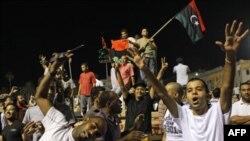 Ливийцы празднуют захват резиденции Каддафи в Триполи