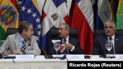 Danilo Medina, presidente de República Dominicana, centro, hizo el anuncio el miércoles, pero también indicó que su país sigue abierto para cuando las partes involucradas decidan volverse a encontrar.