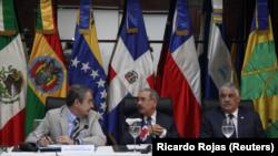 José Luis Rodríguez Zapatero, ex primer ministro español, Danilo Medina, presidente de República Dominicana, y Miguel Vargas, canciller de la República Dominicana, asisten a la reunión del gobierno venezolano y la coalición opositora en Santo Domingo, República Dominicana.