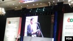 Presiden Joko Widodo berpidato dalam Business Summit Konferensi Asia Afrika di Jakarta (21/4). (VOA/Iris Gera)