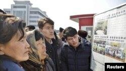 지난 2월 평양 시민들이 김정은 북한 국무위원장의 베트남 방문 소식이 실린 로동신문을 읽고 있다.