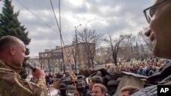 Donetskka qo'shni Luganskda xavfsizlik xizmati binosi qamal holati.