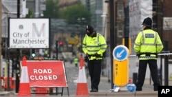 英国警察在曼彻斯特维多利亚火车站附近站岗(2017年5月24日)