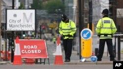 英國警察在曼徹斯特維多利亞火車站附近站崗(2017年5月24日)