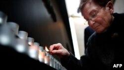 Preživela žrtva holokausta Džosijana Traum pali sveće na Dan sećanja na žrtve holokausta (arhivski snimak)