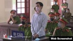 Thầy giáo Nguyễn Năng Tĩnh tại phiên phúc thẩm hôm 20/04/2020. Photo Truyen hinh Nghe An.