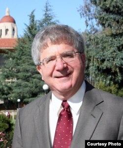 斯坦福大学法学院教授迈克尔·麦克康奈尔(Michael McConnell)
