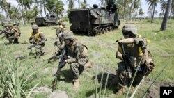 Binh sĩ Thủy Quân Lục Chiến Hoa Kỳ trong một cuộc tập trận với quân đội Indonesia trên bãi biển Banongan ở Situbondo, Đông Java, ngày 5/6/2012.