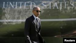 ABŞ prezidenti Barak Obama Ağ Eğ Evin həyətində hərbi dəniz qüvvələrinin helikopteri qarşısında
