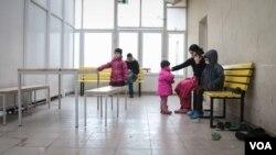 Izbeglička porodica u jednom od kampova na granici Mađarske i Srbije