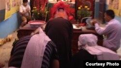 曾成杰老家灵堂。披麻戴孝者为其小女儿曾珊(右)和儿子曾贤(左)。(图片由曾珊提供)