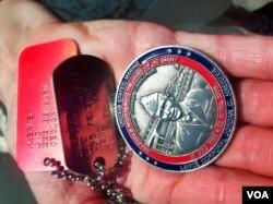 Bà Joanne Lyles cầm huy chương 'Sao Vàng' của con trai mình