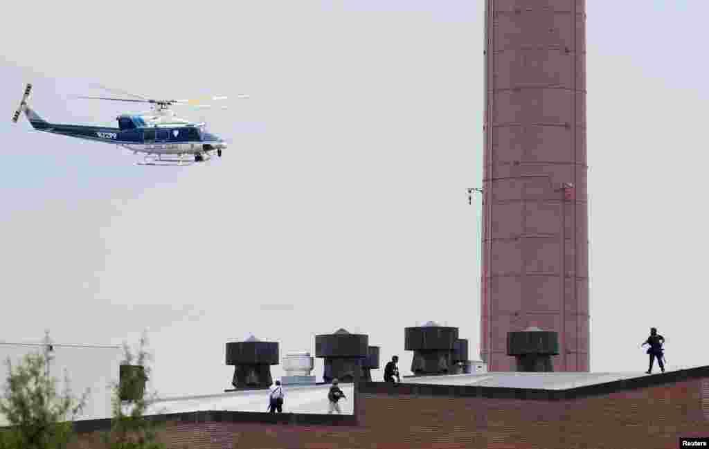Un hélicoptère de la police survolant le secteur de Washington où a eu lieu la fusillade