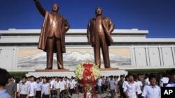 지난 8일 북한 김일성 주석의 21주기를 맞아, 평양 주민과 학생들이 만수대 언덕에 있는 김일성 주석과 김정은 국방위원장 동상에 참배했다. (자료사진)