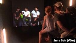 """Portal digital yang disediakan Festival """"One Journey"""" memungkinkan para pengunjung bisa berinteraksi langsung dengan para pengungsi."""