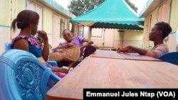 Troisfemmes handicapées, épanouies, grâce à Handicap Home de la fondation Coeur d'Afrique, de Roger Milla, àYaoundé, le 7 décembre 2017.(VOA/EmmanuelJulesNtap)