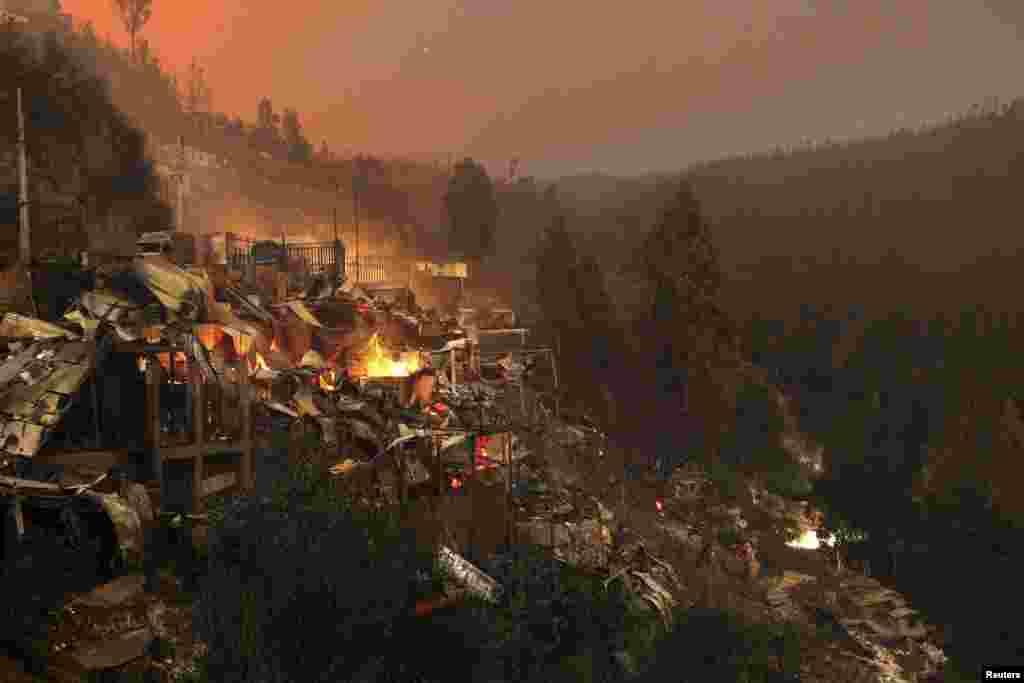 A vista de casas destruídas depois de um incêndio florestal ter devastado vários bairros nas colinas de Valparaiso no Chile, Abril 13, 2014.