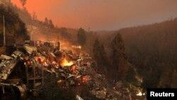 Rumah-rumah terlihat hancur terbakar di kota Valparaiso, Chili (13/4).