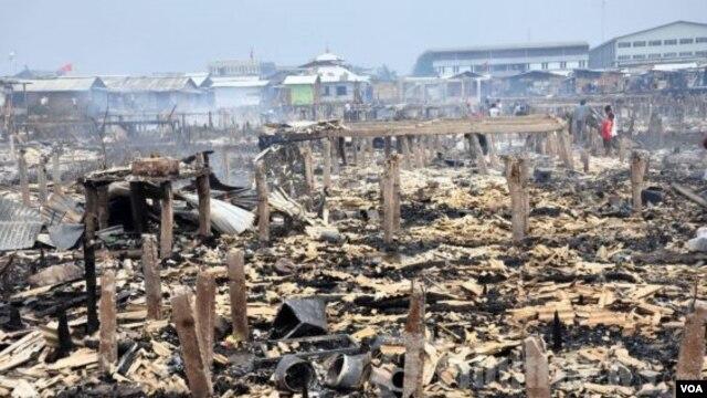 Reruntuhan bangunan karena kebakaran di daerah Kapuk Muara, Jakarta. (Foto: VOA/Andylala Waluyo)