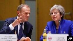Predsednik Evropskog saveta Donald Tusk i britanska premijerka Tereza Mej na samitu u Briselu, 25. novembar 2018.