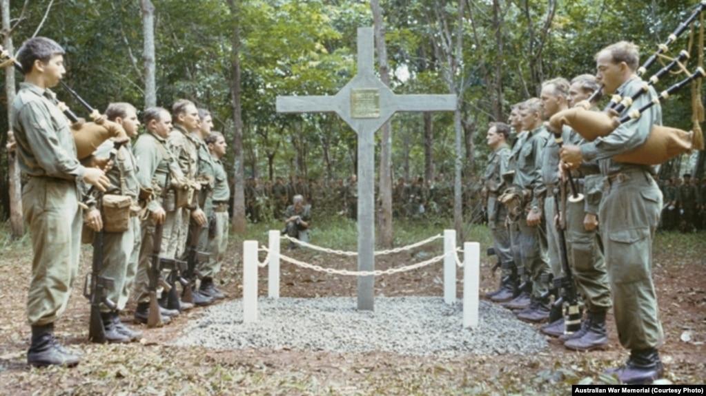 Thánh Giá trong lễ tưởng niệm các tử sĩ trận Long Tân năm 1969. Ảnh: Christopher John Bellis/Australian War Memorial.