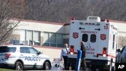 واقعے کے بعد 'فرینکلن ریجنل ہائی اسکول' کی عمارت کے باہر امدادی اہلکار اور پولیس حکام موجود ہیں۔