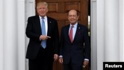 Le président élu Donald Trump avec Wilbur Ross après leur réunion au Trump National Golf Club à Bedminster, New Jersey, le 20 novembre 2016.