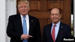 도널드 트럼프 미국 대통령 당선인(왼쪽)이 지난 20일 뉴저지 주의 '트럼프 내셔널 골프 클럽'에서 투자가 윌버 로스와 면담했다.