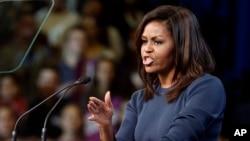 바락 오바마 미국 대통령의 부인 미셸 오바마 여사가 13일뉴햄프셔주 맨체스터에서힐러리 클린턴 민주당 대선 후보를 위한지원유세를 하고 있다.