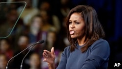 Ibu negara AS Michelle Obama berbicara dalam kampanye Hillary Clinton di Manchester, New Hampshire (13/10).