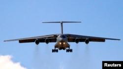 Un avión chino de fabricación rusa aterriza en el aeropuerto de Perth, cuando la búsqueda aérea ha sido suspendida debido a un ciclón.