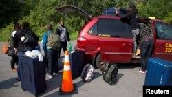 Keluarga pengungsi yang mengaku berasal dari Haiti tiba di Roxham Road, Champlain, New York 3 Agustus lalu (foto: ilustrasi).