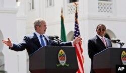 El presidente George W. Bush habla en una conferencia de prensa junto al presidente de Tanzania Jakaya Mrisho Kikwete en Dar es Salaam, durante una visita a África el 17 de febrero de 2008.