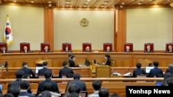 지난달 3일 서울 종로구 재동 헌법재판소 대심판정에서 박근혜 대통령 탄핵심판 사건의 첫 변론기일이 열리고 있다. 이날 열린 첫 변론은 당사자인 박근혜 대통령이 출석하지 않아 개정 9분만에 종료됐다.