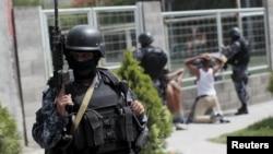 Salvadoran policemen participate in an anti-gang search operation in San Salvador, June 21, 2015.