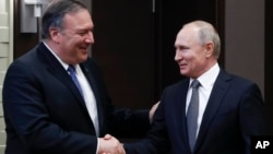 Tổng thống Nga Vladimir Putin (phải) bắt tay với Ngoại trưởng Hoa Kỳ Mike Pompeo trước khi bắt đầu cuộc họp ở Sochi, Nga, vào ngày 14/5/2019.