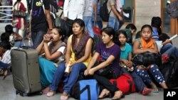 인도 방갈로르에서 인종간 충돌이 우려되는 가운데, 대피하기 위해 기차역에 나온 주민들.