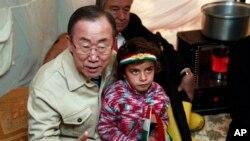 Tổng Thư ký LHQ Ban Ki-Moon bên trong chiếc lều của một gia đình người Syria tị nạn tại Irbil, 217 dặm (350 km) về phía bắc thủ đô Baghdad, Iraq, ngày 14/1/2014.