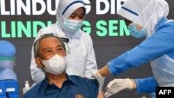 Thủ tướng Malaysia Muhyiddin Yassin được tiêm vắc xin Pfizer/BioNTech.