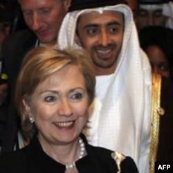 Klinton Abu-Dabida Birlashgan Arab Amirliklari Tashqi ishlar vaziri Shayx Abdulla bin Ziyod al-Nahyan bilan, 10 yanvar 2011