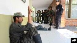 Un rebelde de las FARC capturado por la policía hace la señal de la victoria. Seis policías fueron asesinados por guerrilleros en el sureste de Colombia.