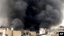 3月19日在阿勒颇,叙利亚政府发动的轰炸使建筑物冒起滚滚黑烟