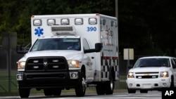 Sebuah ambulans mengangkut pasien ebola AS menuju rumah sakit Universitas Emory di Atlanta, Georgia (9/9).