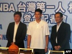 林书豪与管光中 (左),NBA台湾分公司总经理,陈永正 (右),NBA大中华区执行长