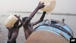 Des enfants remplissent un réservoir d'eau du fleuve Nil à Khartoum, au Soudan, 5 mai 2009.