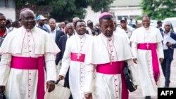 L'archevêque Marcel Utembi, deuxième à gauche, président de la Conférence épiscopale nationale du Congo (CENCO), et d'autres évêques catholiques arrivent pour la signature d'un accord à Kinshasa, le 1er janvier 2017.