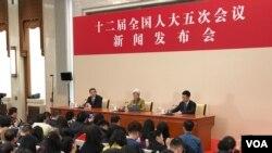 2017年3月4日, 中国人大女发言人傅莹在人民大会堂回答记者提问。(美国之音叶兵拍摄)